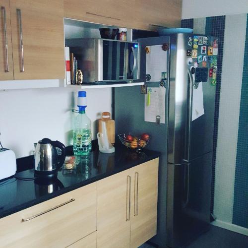 Cocinas de puertas batientes en melaminico carpintero en for Muebles de cocina montevideo
