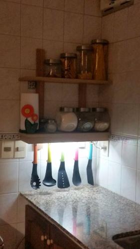 Auxiliares estantes de cocina a medida en carpintero en for Muebles de cocina montevideo