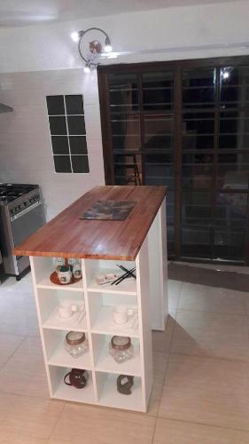 Muebles de cocina e isla desayunador a medida carpintero for Muebles de cocina montevideo