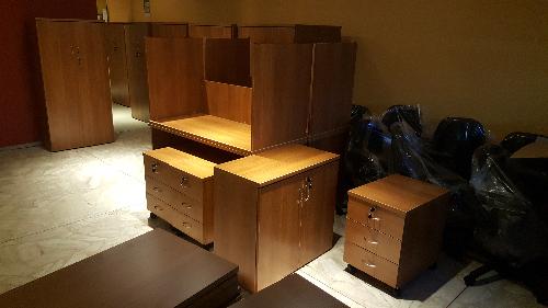 equipamiento de oficina con escritorios cajoneras