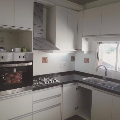 Equipamiento de cocina mesada en finger lustrado for Muebles de cocina montevideo