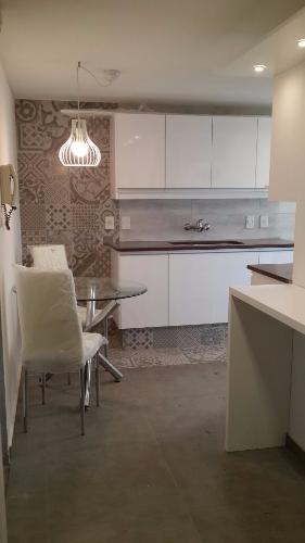 Mueble de cocina laqueado con tirador de canto carpintero for Muebles de cocina montevideo
