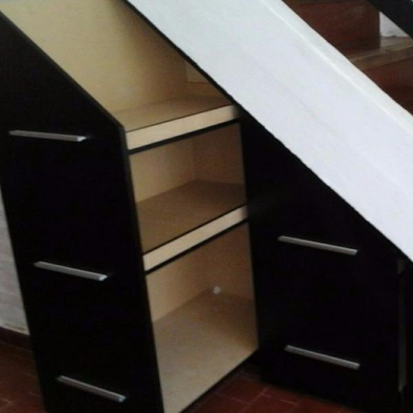 Bibloteca a medida debajo de escalera carpintero en for Muebles a medida montevideo