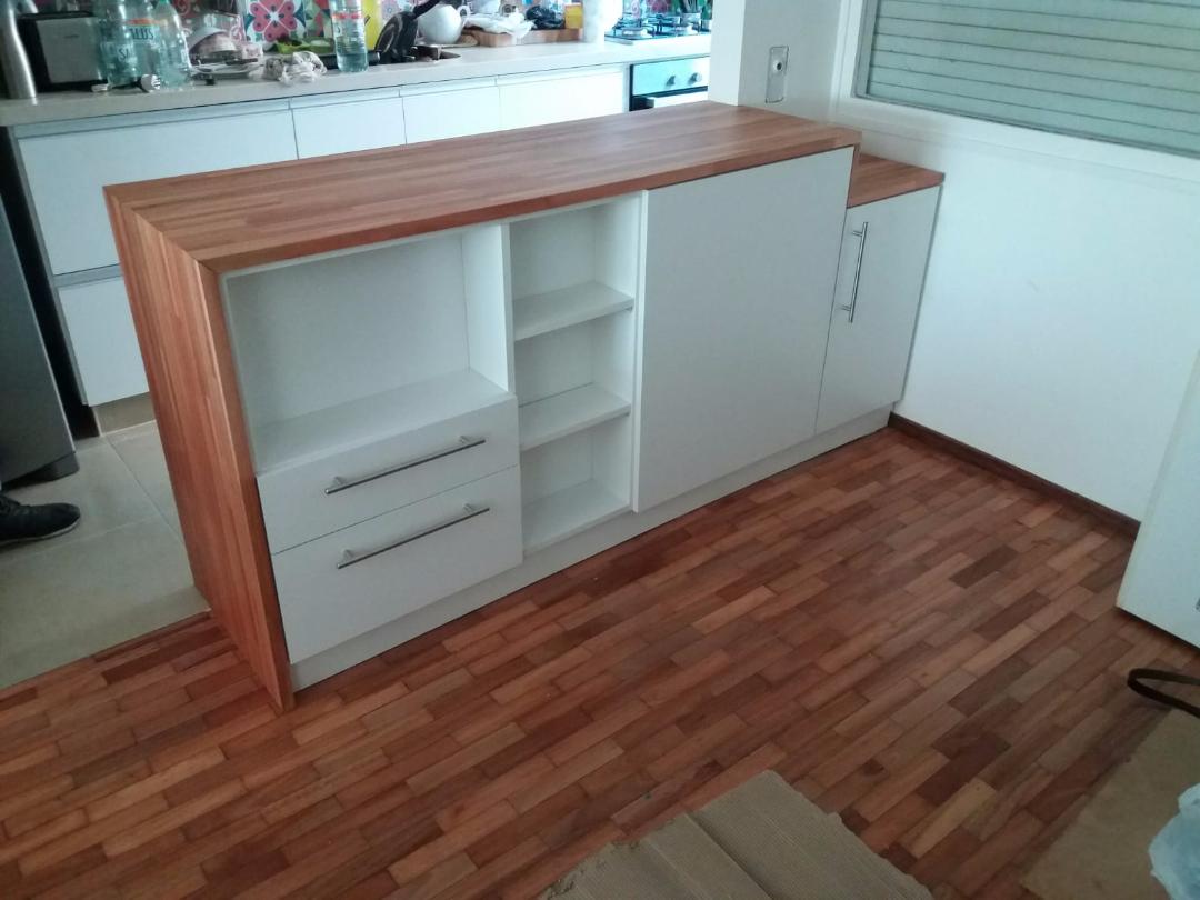 Cocina isla desayunador en melaminico blanco carpintero for Muebles de cocina montevideo