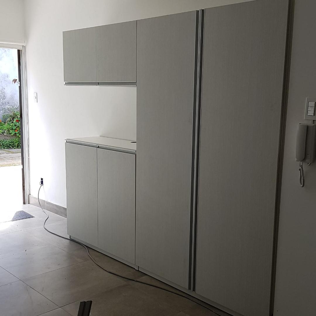 Mueble alacena de cocina con puertas batientes carpintero for Muebles de cocina montevideo