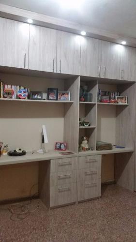 Escritorio con cajoneras y mueble a reo en carpintero en for Mueble aereo cocina uruguay