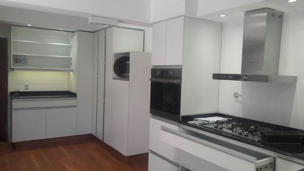 Equipamiento de cocina a medida muebles a reos for Muebles de cocina montevideo