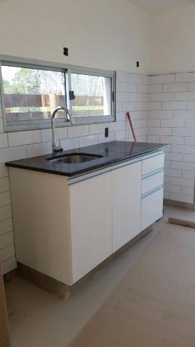 Bajo mesada de cocina con puertas batientes carpintero en for Muebles de cocina montevideo